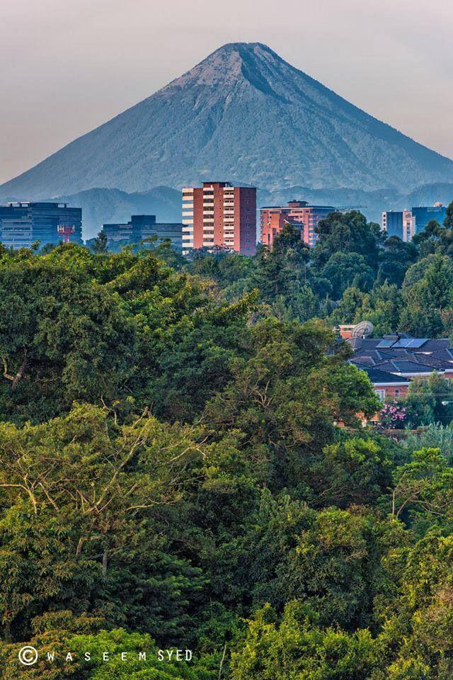 Ciudad de Guatemala con Volcán de Agua al fondo.