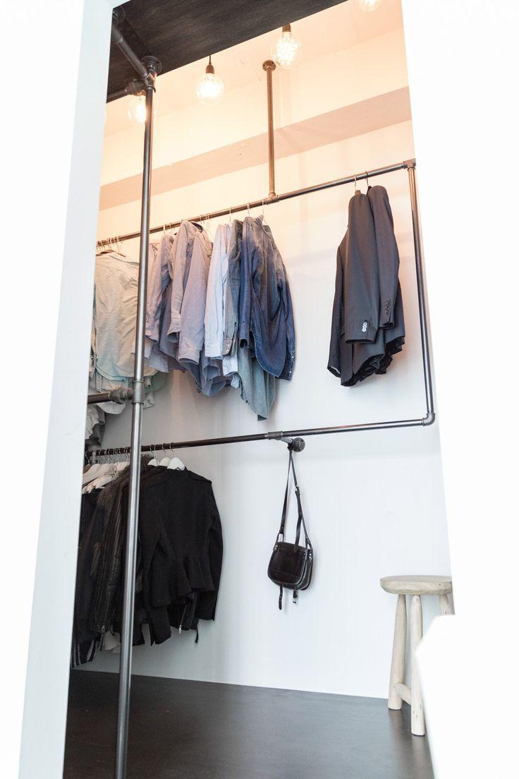 industrielt walk-in-closet i moderne lejlighed - få hjælp til dit eget walk-in - se mere rackbuddy.dk
