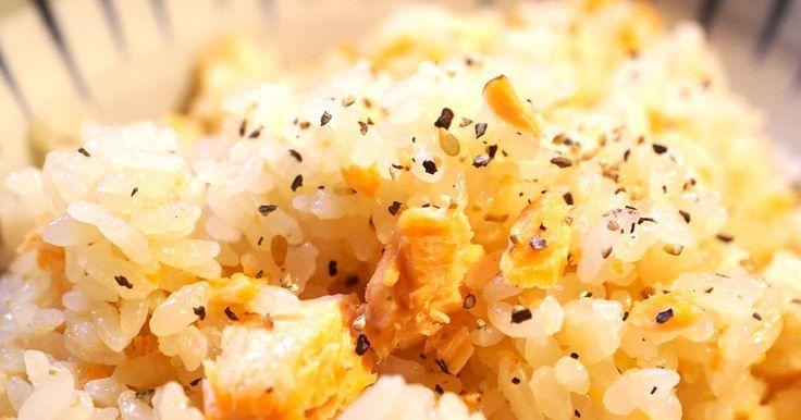 炊飯器で炊くだけの超簡単炊き込みごはんレシピ! ニンニク・バター・醤油・塩鮭の最強コラボで、おかわりコールが止まらない!