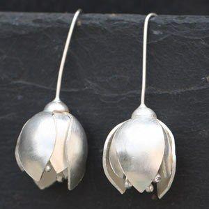 Boucles d'oreilles crocus d'Aline Kokinopoulos: magnifiques!