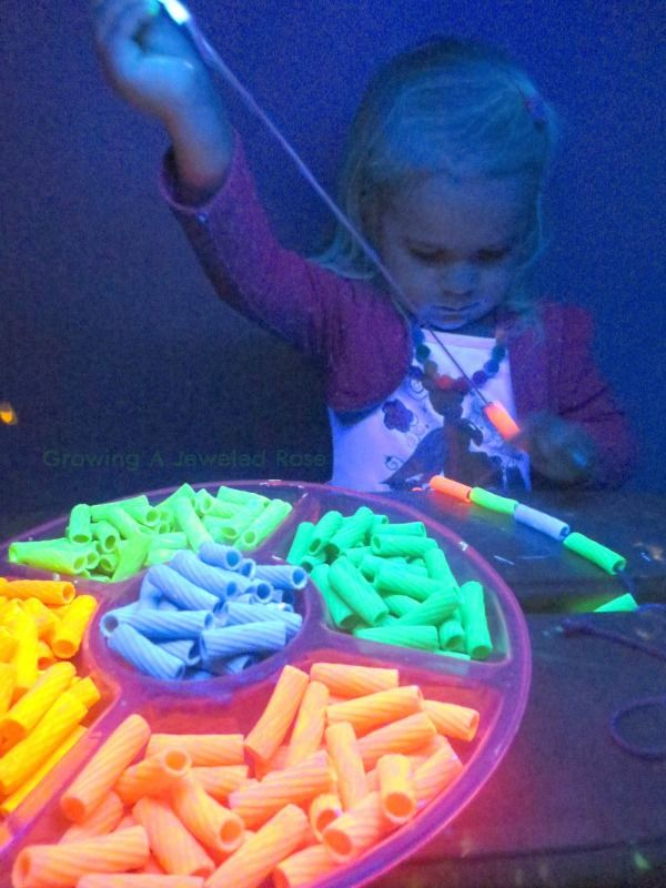 glowing pasta sieraden. pasta kleuren zoals de rijst (zie lichtmis). de kinderen vinden het material dubbel zo aantrekkelijk als ze in een donker hoekje mogen werken