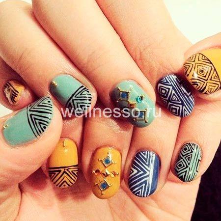 этнические рисунки на коротких ногтях