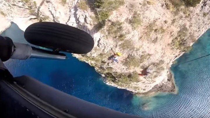 Καρέ - καρέ η διάσωση εγκλωβισμένων με ελικόπτερο του Πολεμικού Ναυτικού - ΒΙΝΤΕΟ