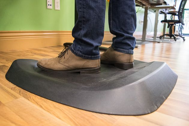 Standing desks should encourage you to stand up and move around while you work, and a standing desk mat should keep your feet and body comfortable while you stand. After three months of testing a d…