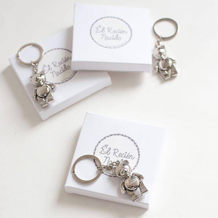Llaveros personalizados, llaveros osito grabados con el nombre del bebé para entregar a los invitados.