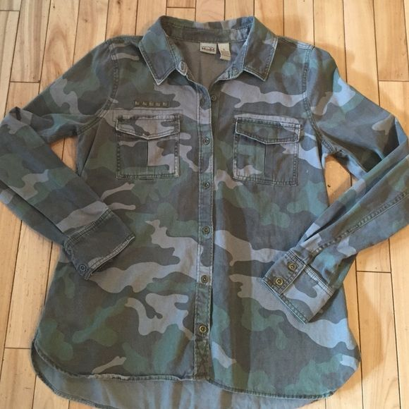 Mudd  women's Camo shirt Stylish Camo shirt with bronze buttons, pocket grommet details. 100% cotton. Fits more like a medium. Perfect condition! Mudd Tops Button Down Shirts