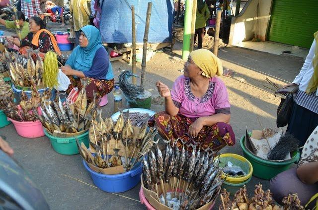 Local women at Tanjung Ringgit Eco Region, Lombok, Indonesia #fish #markets     https://twitter.com/LombokEco  http://www.linkedin.com/company/2998329?trk=NUS_CMPY_FOL-pdctd