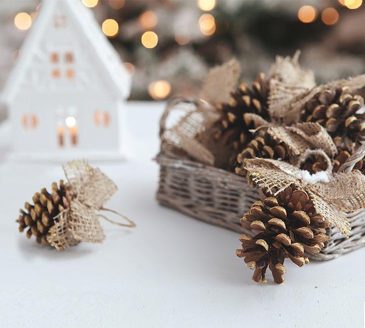 Jüt kumaşlarla kozalakları kullanarak yılbaşına özel dekoratif objeler elde edebilirsiniz.