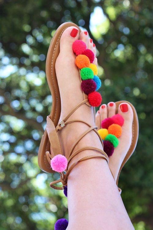 Sandalia con pompones
