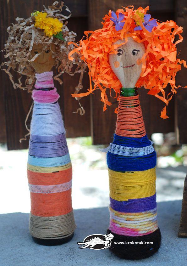 Flessen beplakt met wol, daarin een leuk houten lepel als gezicht.