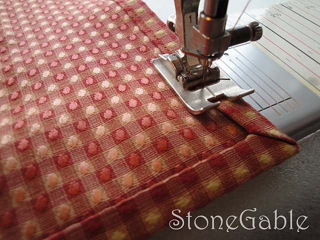 Link seems to be gone - check your patterns folder: Homemade Napkins, Mitered Corners, Sewing Projects, Corner Tutorials, No Sewing Napkins, Sewing Ideas, Corner Napkins, Miter Corner, Clothing Napkins