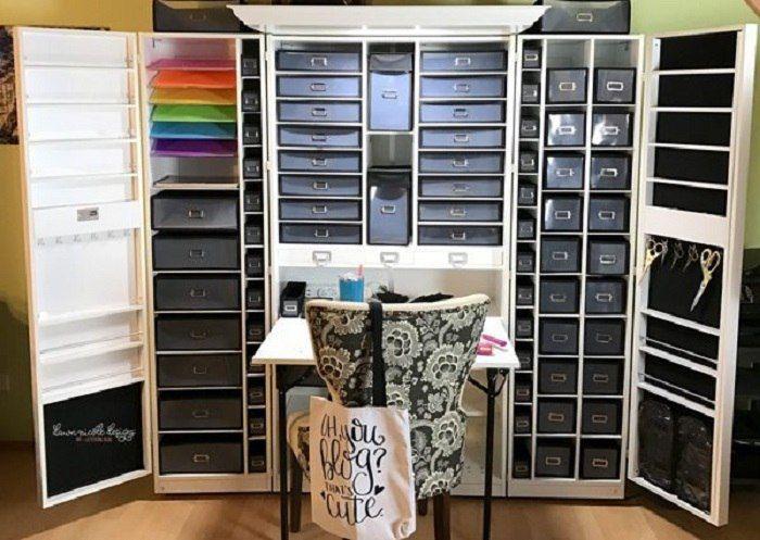 Pokud si vaše práce nebo koníček vyžaduje spoustu úložného prostoru pro různé nástroje, látky, barvy na malování a jiné drobnosti, tohle se vám určitě bude hodit! Tato univerzální skříň byla speciálně navržena pro kreativní lidi, aby jim pomohla zorganizovat svůj pracovní prostor. Na první
