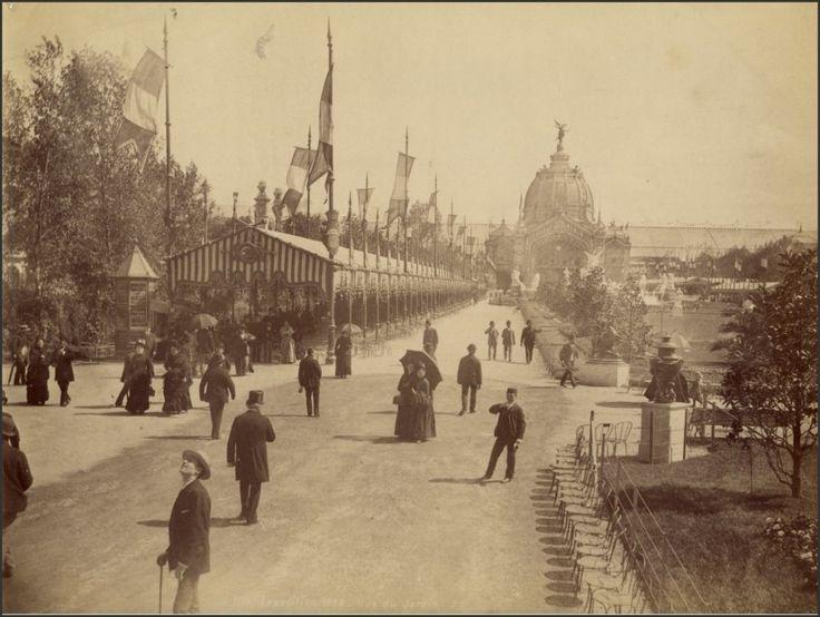 L'EXPOSITION UNIVERSELLE DE 1889 Nous sommes au Champ-de-Mars. Au fond (vers le sud) se trouve le Pavillon central avec son dôme. Il cache l'Ecole militaire.