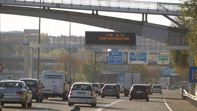 El Ayuntamiento prohíbe circular por todo el centro de Madrid a la mitad de los coches por la contaminación