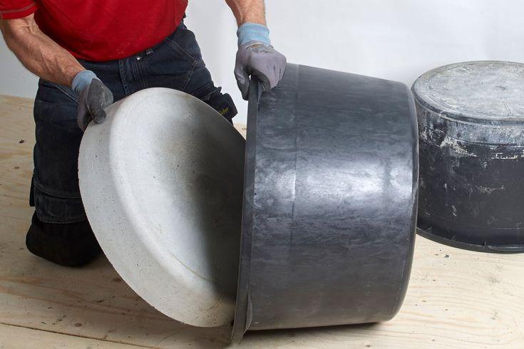 Med to murerbaljer, en sæk tørbeton og lidt vand kan du selv støbe et bålfad. Eller måske et fuglebad. Når du først har anskaffet dig baljerne, kan du sagtens bruge dem som støbeforme flere gange.
