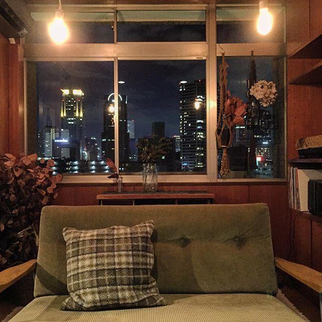Instagram【yudiy06】さんの写真をピンしています。 《. 窓から梅田の夜景見えるのが とても良い感じで オレンジジュースがうまい🍹 . #interior #room#antique#myroom#vintage #部屋#リビング#インテリア #家具#ヴィンテージ#アンティーク #梅田#夜景 #truckfurniture  #男前インテリア #ヴィンテージマンション #ナチュラル#ナチュラルインテリア》