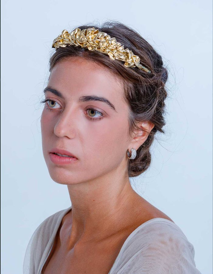 George Eliot Correspondencia Abandono  Tiara clásica dorada con flores de resina in 2020   Afternoon wedding,  Bride sister, Tiara