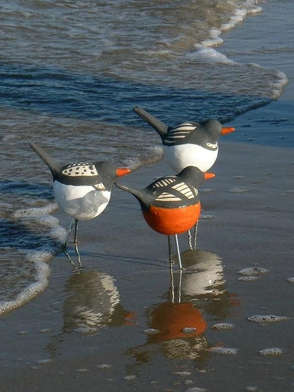 "I love how these ceramic ""sea birds"" are staged oceanside! keramiek vogels…"