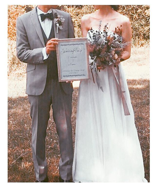 . 前撮り ケータイで撮ってもらったシリーズ . ちょっと傾いてるけど、、、ウェルカムボードと一緒に撮ってもらいたくて、前日に頑張って作りました☺️✨ 今となれば頑張ったのもいい思い出🙆🙆✨ . この写真もプロフィールブックや映像系にも使えたらいいなぁと妄想中🙈💕 . #プレ花嫁#結婚式#結婚式準備#前撮り#ロケーションフォト#プロフィールブック#ウェルカムボード#木馬リボン#ブーケ#ブートニア#ドライフラワー#蝶ネクタイ#トリートドレッシング#wedding#bride#flower#11月挙式#ちーむ1127#tgoo花嫁組