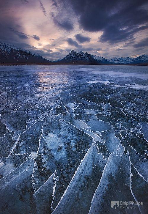 Le lac Abraham est un lac artificiel au nord de la rivière Saskatchewan dans l'ouest de l'Alberta, au Canada. L'hiver, le lac glacé capture les bulles d'air sous la surface et propose des tableaux inédits.