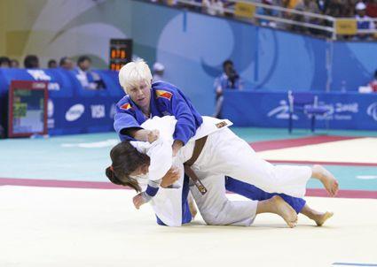 El JUDO PARA DISCAPACITADOS VISUALES, presenta únicamente diferencias en que los competidores comienzan agarrados y el árbitro realiza indicaciones adaptadas.