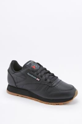 ¡Consigue este tipo de deportivas de Reebok ahora! Haz clic para ver los detalles. Envíos gratis a toda España. Reebok Classic Black Leather Gumsole Trainers - Womens UK 4: Timeless Reebok classic leather trainers offer iconic design through a simple sports silhouette. The soft leather upper creates superior comfort. Finished with a retro gumsole bottom with EVA midsole cushioning as well as branding at the tongue, side, and heel.      **THINGS TO KNOW:**   - Leather, textile    - Spot…