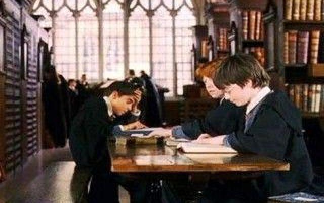 Sapete che la Biblioteca della Scuola di Magia di Ogwarts esiste davvero? Nei film di Harry Potter, quando il mago più amato per grandi e piccini studiava nella bellissima biblioteca della scuola di Ogwuarts, abbiamo visto quei corridoi circondati da libri antichi, da mano #scuolamagiaharrypotter #harrypotter