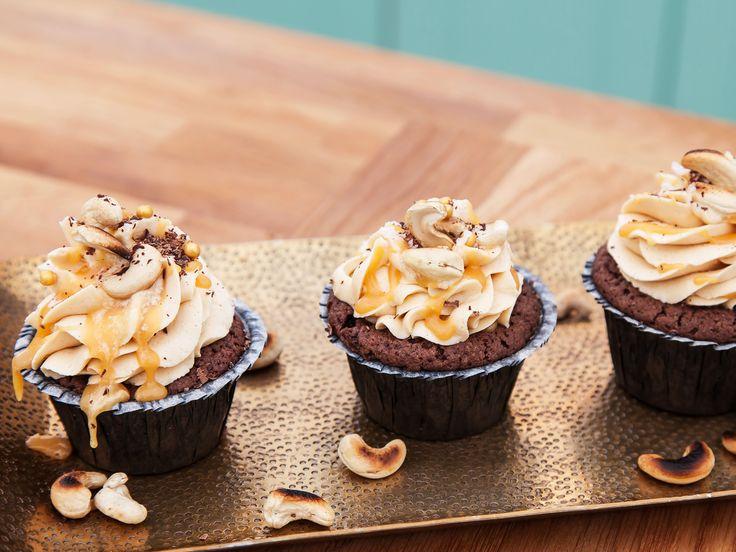 Cupcakes med choklad, kolagömma och salt kolasåsfrosting | Recept.nu