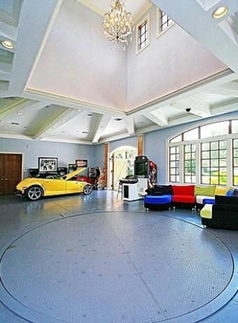 This six-car garage is equipped with air conditioning, rotating floors, a  kitchen, a workshop, a bedroom and a full bathroom.