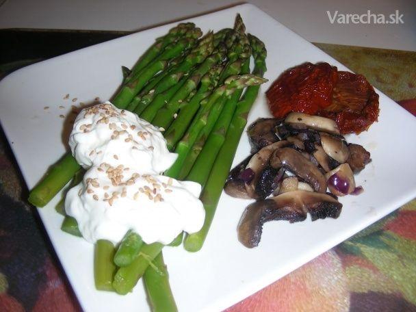 Zelená špargľa na slanom masle, červenej cibuli a šampiňónoch (fotorecept) - Recept