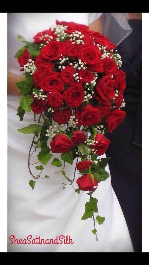 Este hermoso ramo de novia es un clásico atemporal. Creado con toque real rojo …