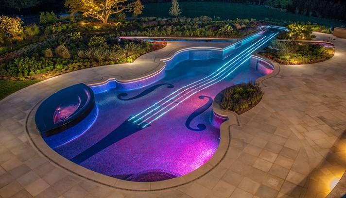 À noite, uma sintonia entre a música externa e as luzes das raias imitam um violino em ação Foto: Cipriano/Reprodução da internet