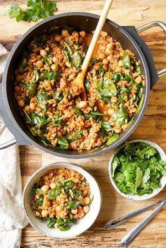 Grünkern Pilaw mit Spinat und Kichererbsen Ein einfaches, gesundes Rezept für Grünkern Pilaw mit frischen Blattspinat und Rispentomaten – perfekt für Vegetarier oder Veganer. Perfekt als Beilage zu Fisch, Fleisch oder vegetarisches Gerichte.