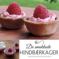 Utroligt smukke kager fyldt med dejligt hindbærskum og pyntet med et friskt hindbær på toppen.