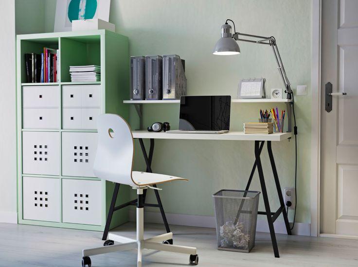 Thuiskantoor met lichtgroene KALLAX open kast, zwart-met-witte LINNMON tafel en witte VÅGSBERG stoel
