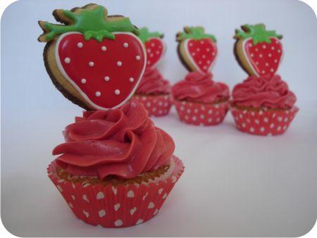 Zelfgemaakte cupcakes met aardbeienbotercrème en vanille/chocolade koekjes. Volg de link voor een howto van de vanille/chocolade koekjes gedecoreerd met royal icing.