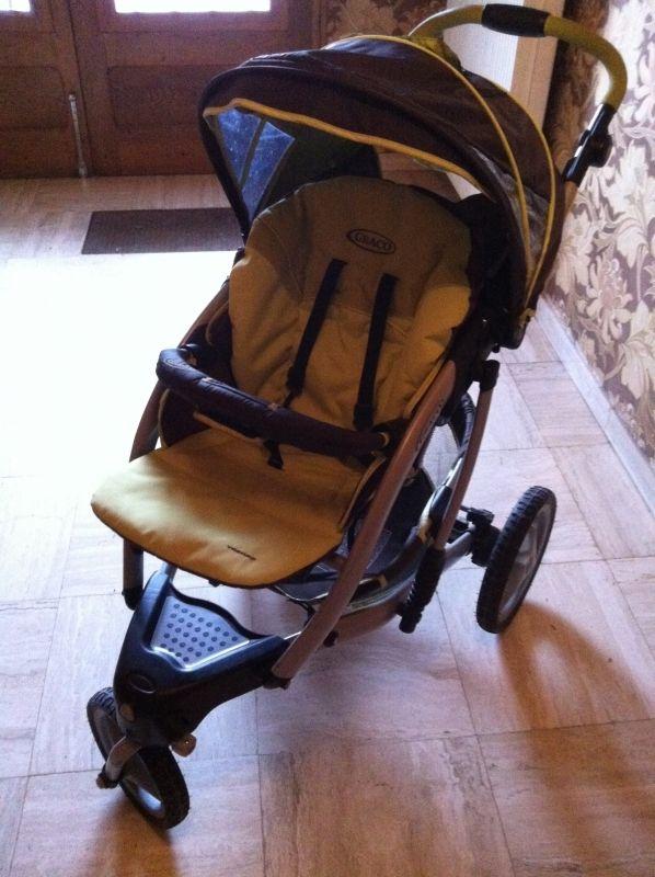 Loue poussette 3 roues en bon état de marque Graco, modèle Trekko.Idéal pour les balades/randonnées avec un jeune enfant (dès la naissance jusque 3 ans)Location avec chancelière selon l'âge de l'enfant et habillage pluie