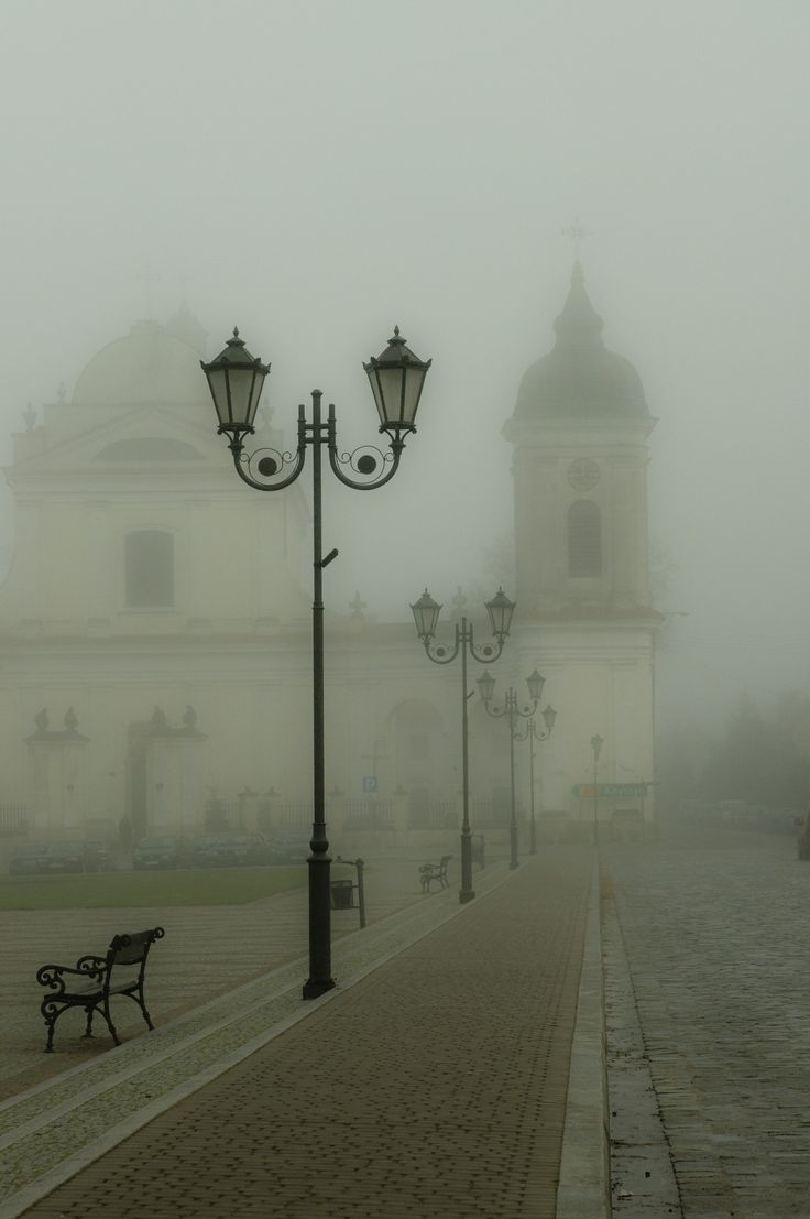 Market square in TYKOCIN (Podlasie, east of Poland) shrouded in mist. There is on side a Catholic church and on the other one, one the biggest in Poland synagogue (built in 1642). Fot. IZA KRZEMIŃSKA