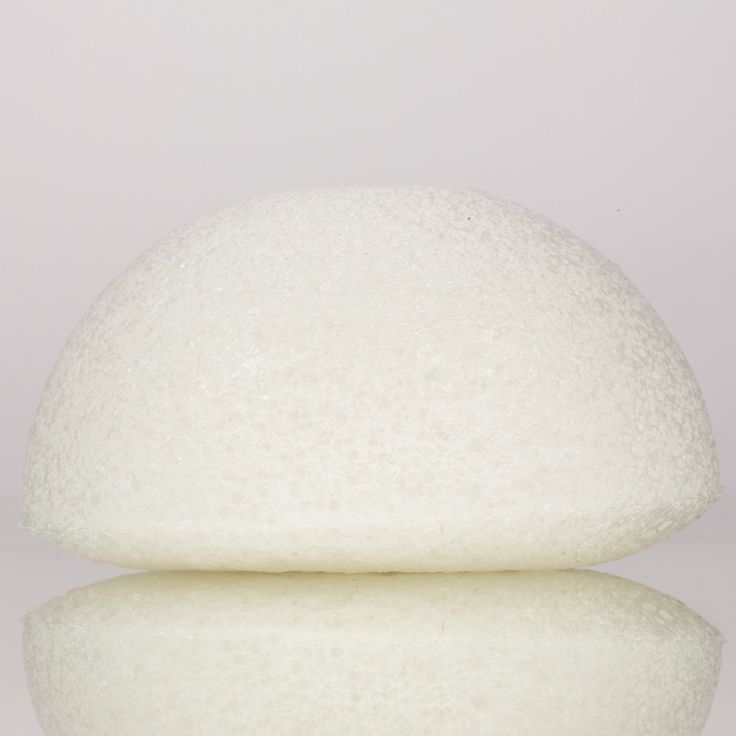 Kongy Konjac Facial Sponge  Facial Cleaning - All Skin Types.DeKONGYKonjac spons voor het gezichtis gemaakt van het natuurlijke materiaal Konjac (In Japan bekend as Konnyuka). Konjac is een natuurlijke plant en wordt op grote schaal gebruikt als een medisch en eetbaar product. Konjac is een populaire en gezonde groente in Korea en Japan. Konjac sponzen zijn heel erg zacht. De Konjac Spons iszachter dan een gezichtsscrubsen ishierdoor ideaal voor het dagelijksverwijderen van dode huidcellen…