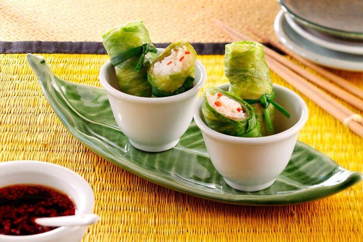 Gevulde slarolletjes Pangasiusfilet opgerold in een slablad en geserveerd met een heerlijke dipsaus