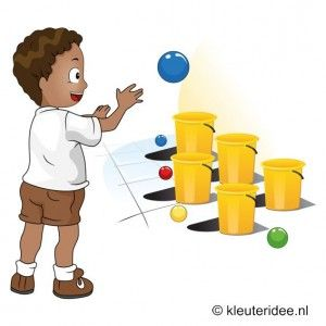 Zet vijf emmers of manden neer. Ieder kind mag vijf ballen in de emmers proberen te werpen. Bij de te werpen afstand kun je afstemmen op de leeftijd van het kind. Tel de ballen die in een emmer zitten. --- Benodigdheden:  Stoepkrijt voor een startstreep, 5 emmers of manden, 5 ballen ~Kleuteridee Outdoor spelen