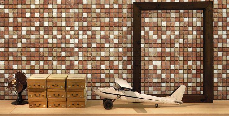 Mosaico in pietra naturale (con inserti decorati) incollato su rete e composto da tessere 1,5×1,5 cm in fogli da 30×30 cm. Ideale per rivestimenti, ambienti SPA e docce.
