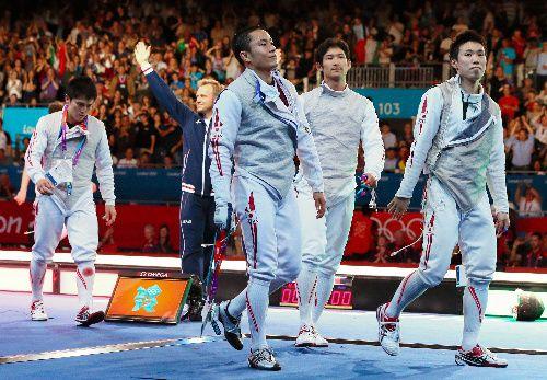男子フルーレ、日本が銀 フェンシング団体初のメダル 写真:男子フルーレ団体決勝でイタリアに敗れた(右から)淡路卓、三宅諒、太田雄貴、千田健太=西畑志朗撮影