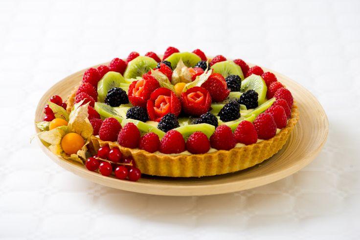 Una base delicata di pasta frolla, farcita con crema pasticcera e ricoperta con frutta fresca a volontà.
