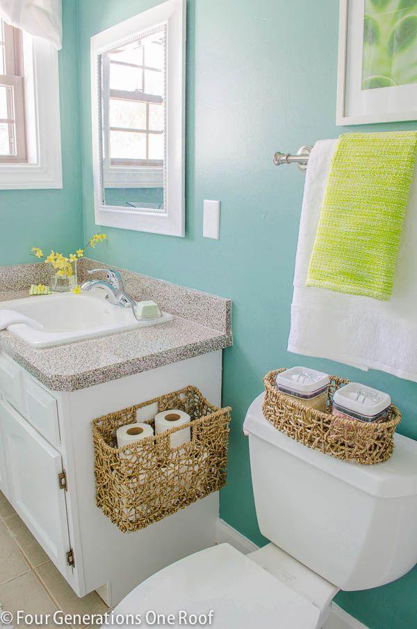 Adoro a ideia de cestas no banheiro, especialmente no lavabo - ideal para colocar rolos extras de papel higiênico, lenços, etc, para que suas visitas fiquem a vontade e tenham tudo o que precisam!