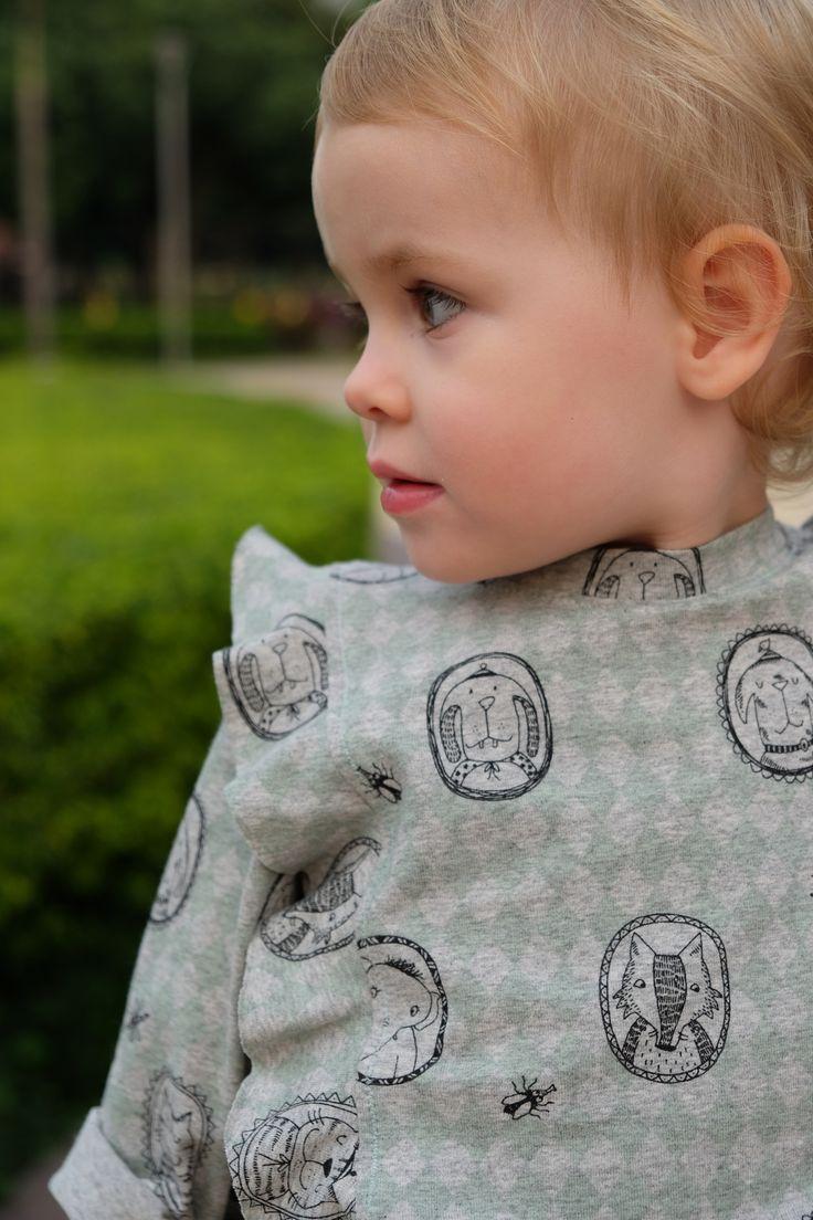 Ma boudinette porte un petit sweat à froufrous (ou plutôt un Tshirt manches longues à froufrous) «Aime comme Macaroni» de Aime Comme Marie (Taille 2 ans) en jersey de coton …