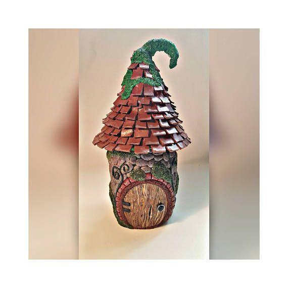 Pot cottage fée sculpté et peint avec une tache-vitre arrière à la main. Le toit vis sur et en dehors, tout comme un couvercle ordinaire. Disponible avec toit ou un couvercle de bocal standard. ------------------------------ * NOTE À L'ACHETEUR * ------------------------------ PAS pour une utilisation avec des bougies chauffe-plat ou des bougies avec des flammes. Utiliser seulement avec lumière LED. Matériaux: Ce pot est fait de pâte (une argile imperméable qui durcit avec la chaleur)…