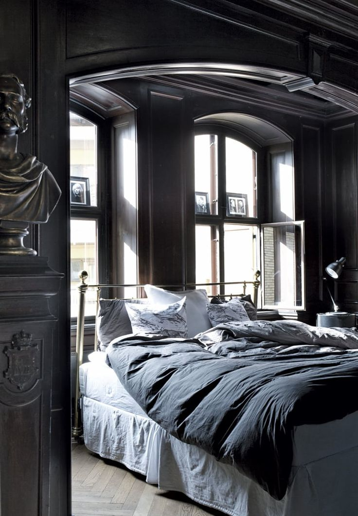 Huset er fra 1724 og fredet, men designer Charlotte Stilling Piper og hendes familie har med fantasi og snilde fået indrettet et moderne hjem i de historiske rammer.