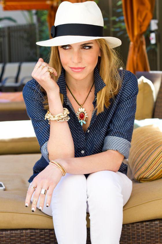 Moderna bajo el sol con un sombrero Panamá.