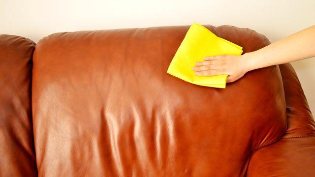 Beim Reinigen von Leder muss man vorsichtig sein. (Quelle: Thinkstock by Getty-Images)